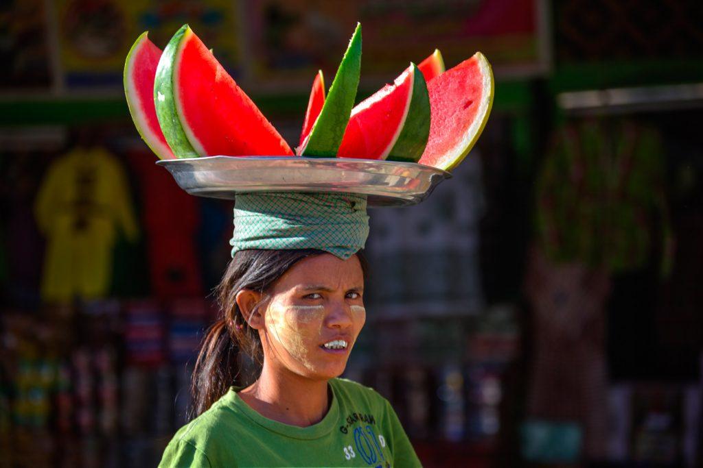 Vrouw in Myanmar met etenswaren